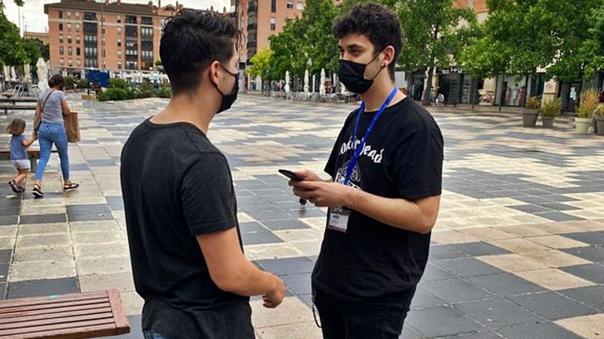 Un jove fa una enquesta a veïns d'Igualaada   AJ IGUALADA