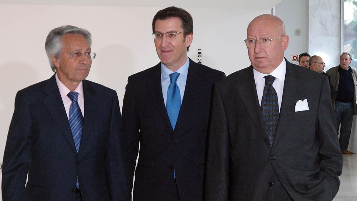 Julio Fernández Gayoso (Caixanova), Alberto Núñez Feijóo y Mauro Varela (Caixa Galicia), el día que se firmó la fusión // Jorge Leal