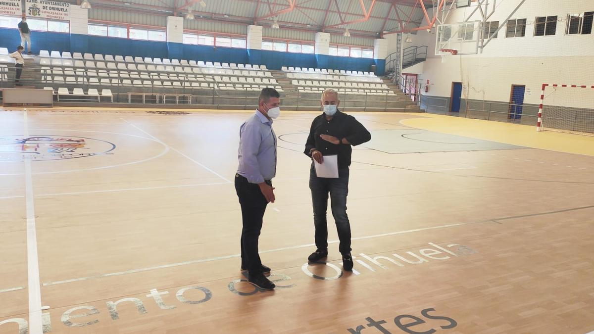 El edil de Deportes de Orihuela en la visita al Pabellón Bernardo Ruiz, que luce nuevo pavimento