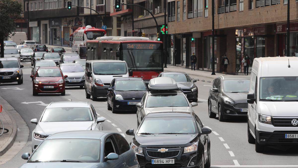 Tráfico denso en el acceso a la plaza Europa de Zaragoza, desde el paseo María Agustín.
