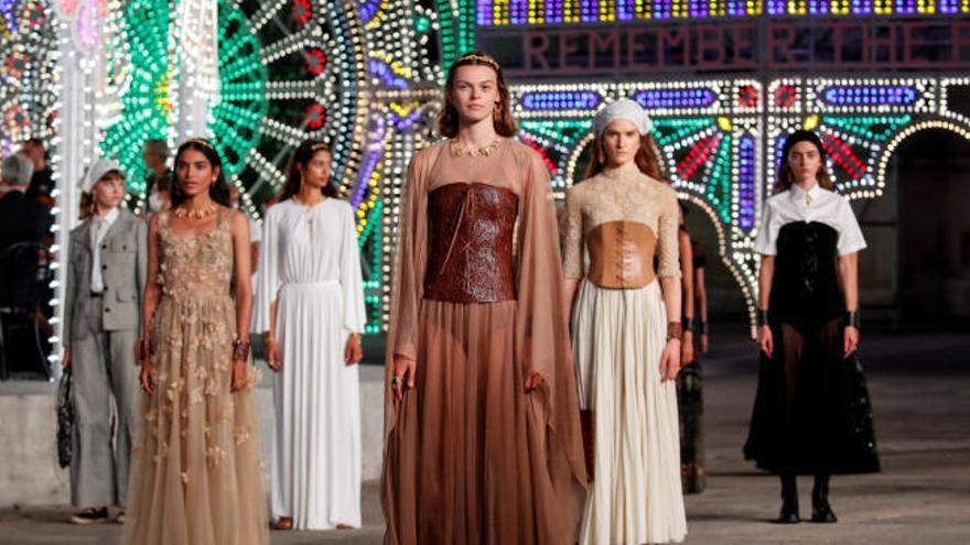 Dior presenta su colección de otoño con un espectáculo de luces y danzas