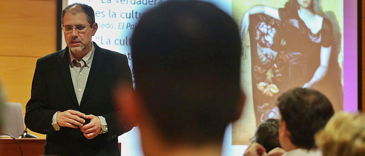 El profesor Fernández Blanco, durante una conferencia en Avilés, en 2015.   Ricardo Solís
