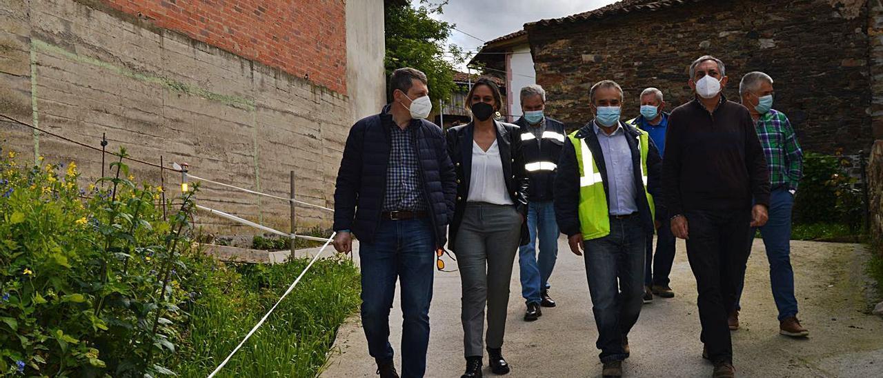 Por la izquierda, José Ramón Feito junto a Rita Camblor y Manuel Calvo, ayer, visitando el pueblo con personal de la empresa adjudicataria. | T. C.