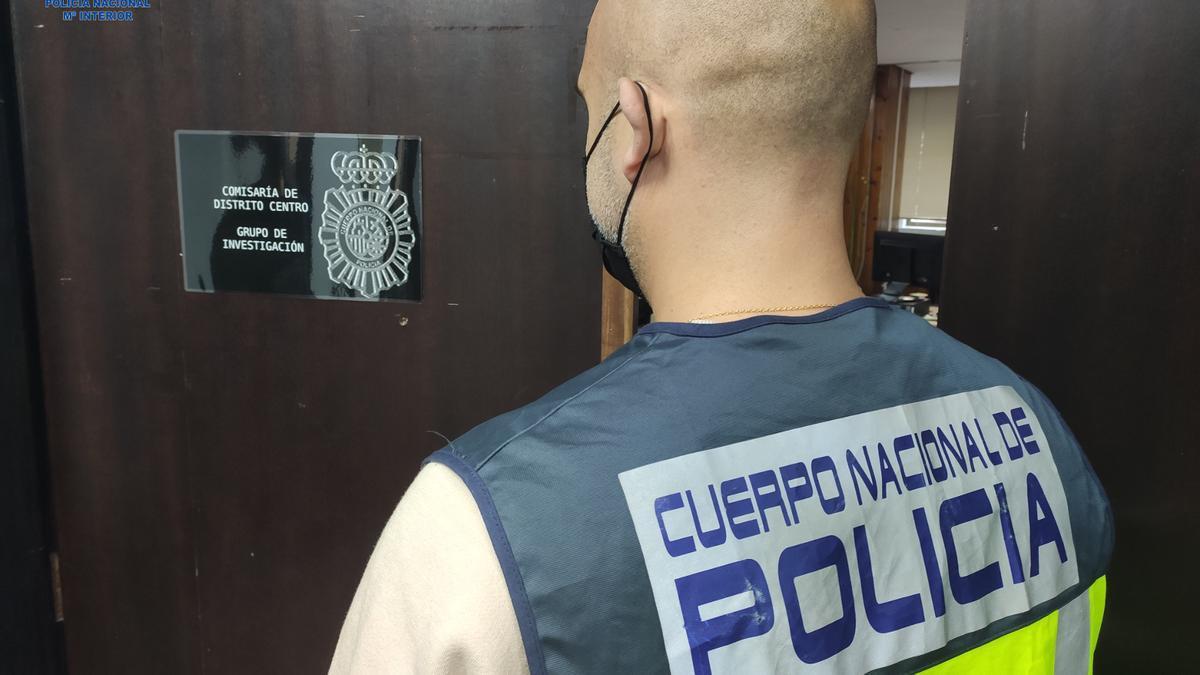 Un investigador de la Policía Nacional de los delitos de la carterista.