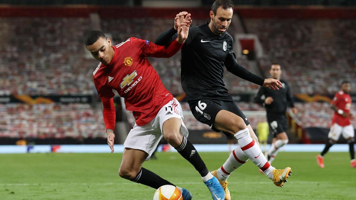 Víctor Diaz, ante Greenwood en una acción del Manchester United-Granada.