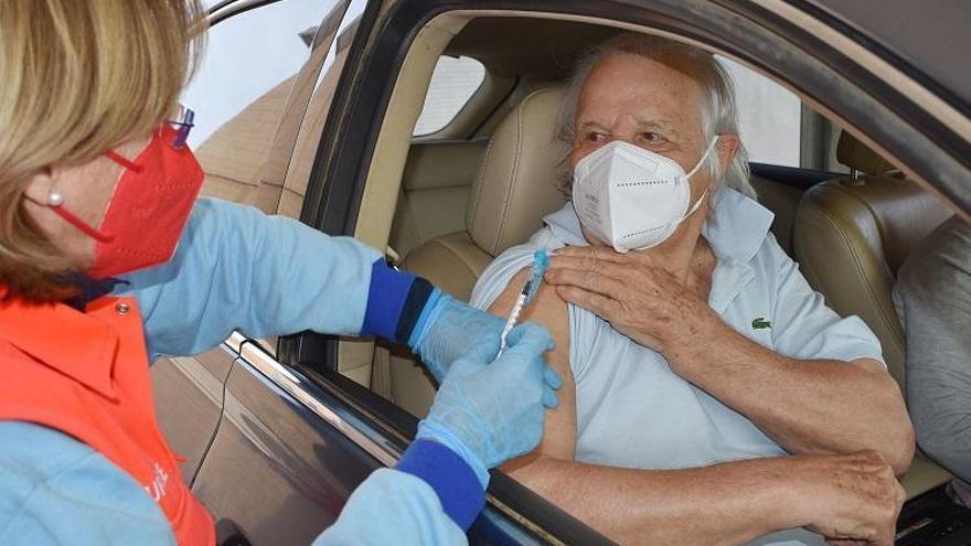 Manuel Benítez 'El Cordobés' se pone la primera dosis de la vacuna Pfizer