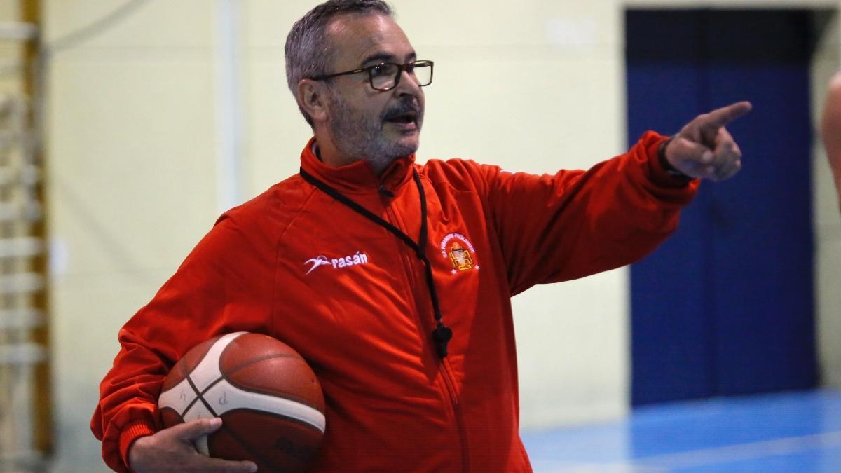 Ángel Tripiana da instrucciones en un entrenamiento.