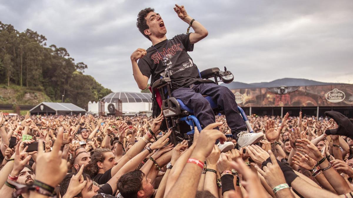 Decenas de jóvenes levantan a pulso la silla de ruedas de un chico con parálisis cerebral durante el concierto de Trivium en la edición del año pasado. // Resurrection Fest