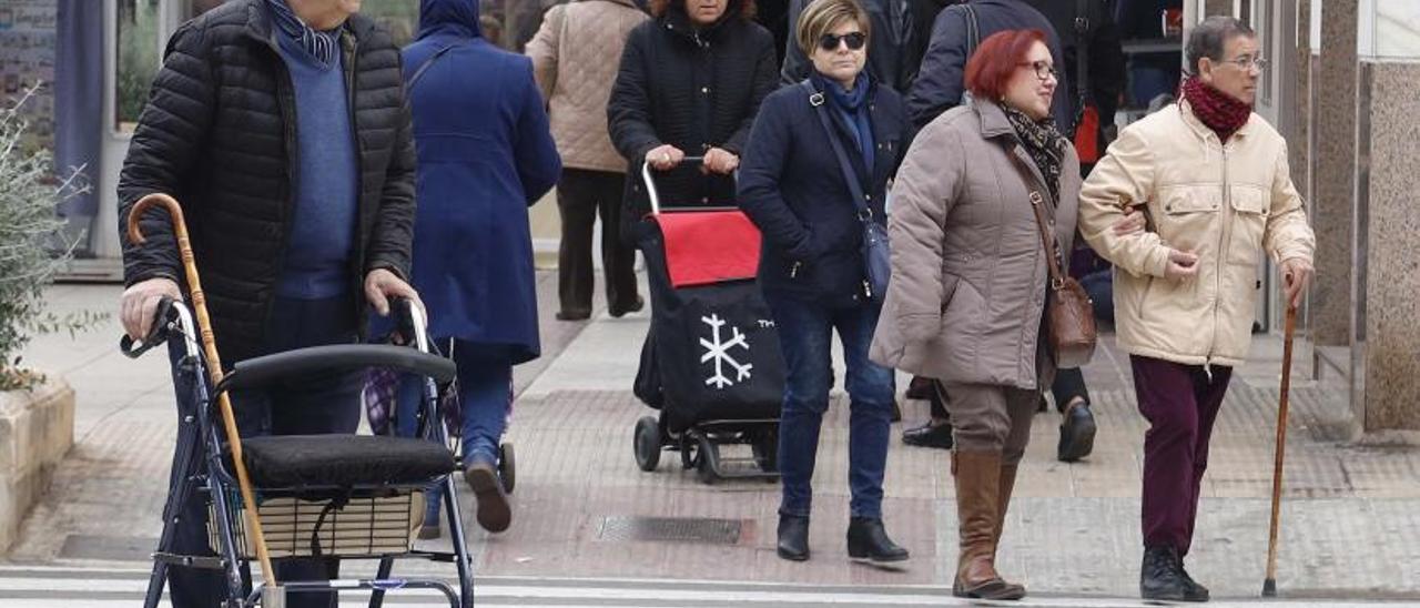 Varias personas mayores pasean por Alzira, en una imagen de archivo. | VICENT M. PASTOR
