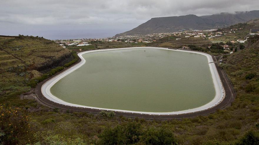 Las últimas lluvias y el agua regenerada garantizan el riego en los campos isleños