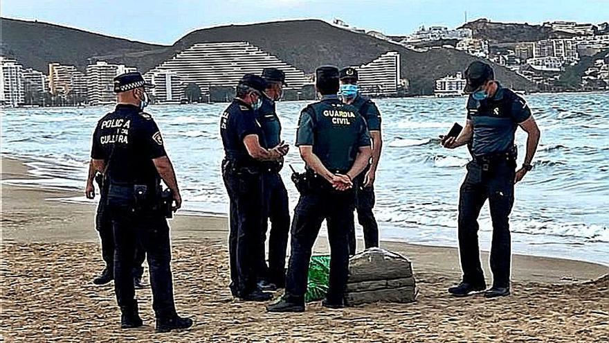 Investigan el origen de los fardos de droga aparecidos en Cullera