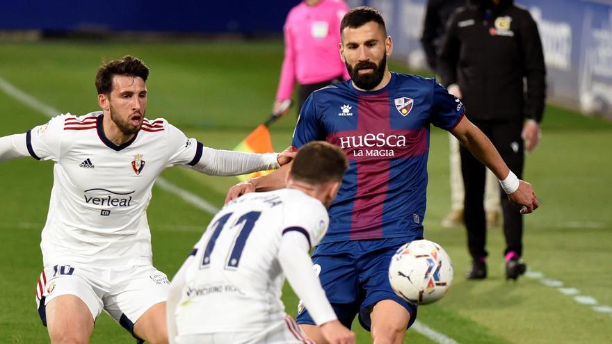 Un lance del partido entre el Osasuna y el Huesca