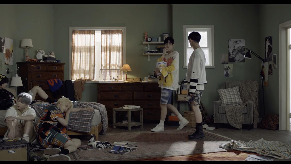 Captura del videoclip de TXT en el que un miembro de la famosa 'boyband' come patatas fritas de una lata de Bonilla a la Vista.