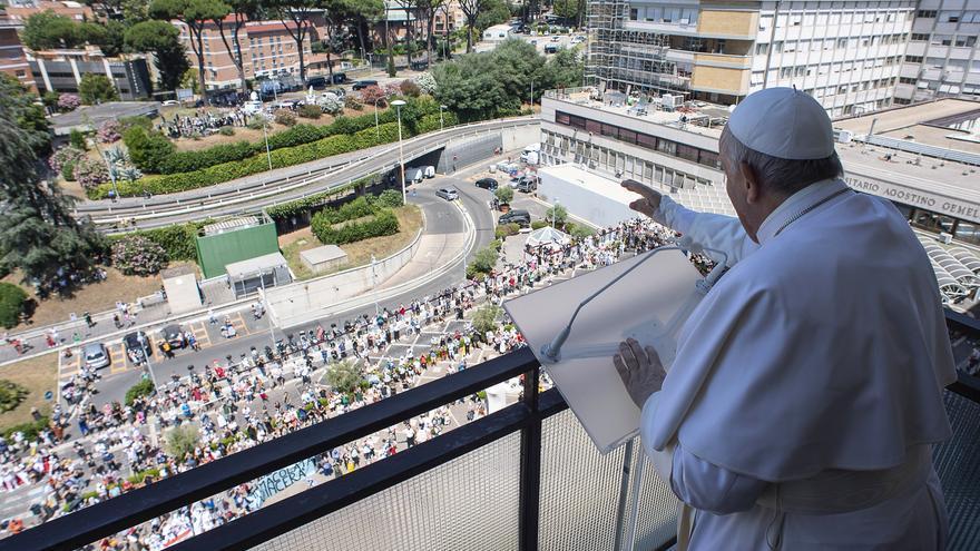 El Papa Francisco reaparece por primera vez tras su cirugía intestinal hace una semana
