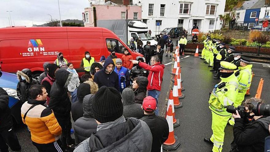 Enfrontaments entre policies i camioners a Dover en una jornada caòtica