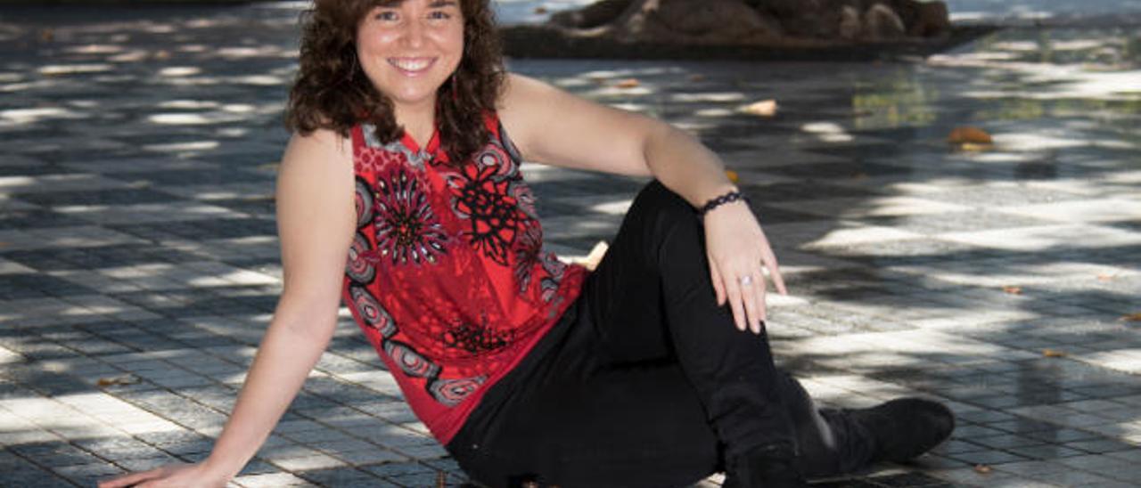 Sabrina Vega, junto a unas piezas de ajedrez, posa en la Plaza de las Ranas.