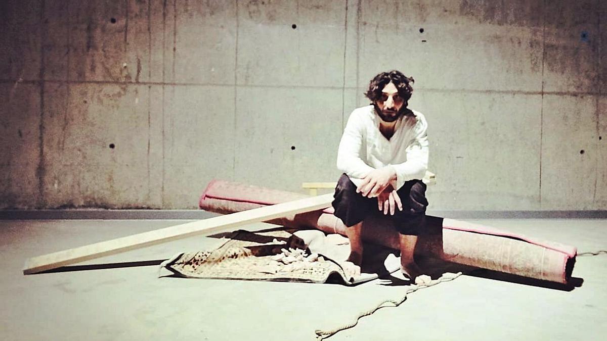 L'artista de circ contemporani Amer Kabbani Fernández