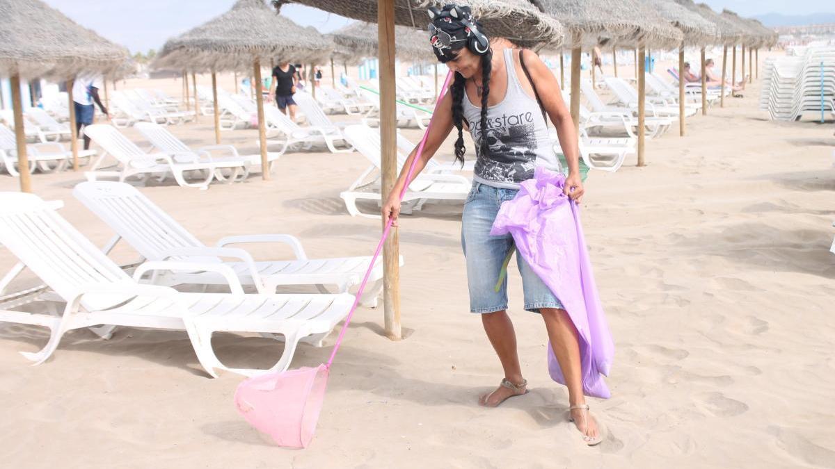 La empresa Mar y Sombra gestiona las hamacas y sombras en el litoral de la ciudad de Valencia desde hace más de 27 años.