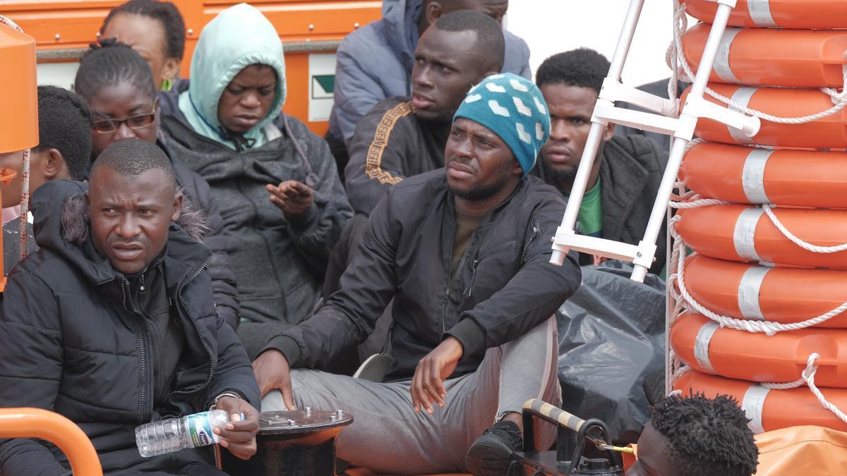 Inmigrantes rescatados este lunes por la Salvamar Macondo.