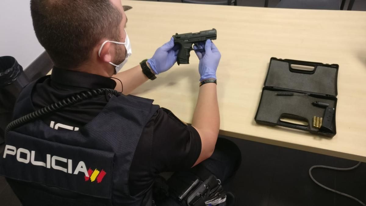 Imagen de la pistola simulada intervenida a la detenida.