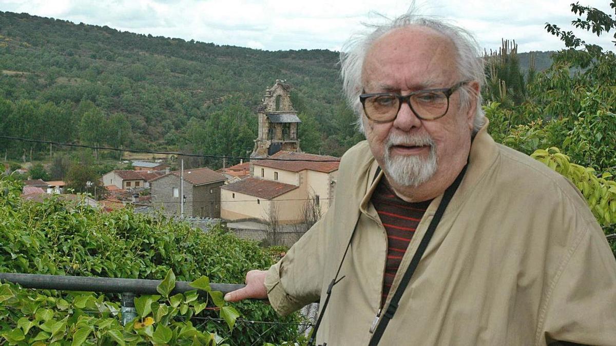 Rafael Sanz Lobato en su última visita en vida a Bercianos de Aliste, en el 2014, un año antes de fallecer.   Ch. S.