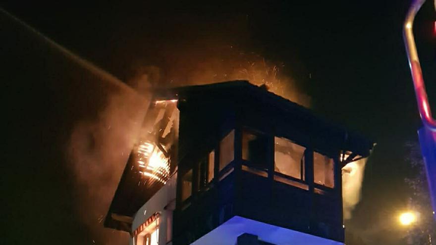 Arde el tejado de una vivienda en Cabovilla (Carreño)