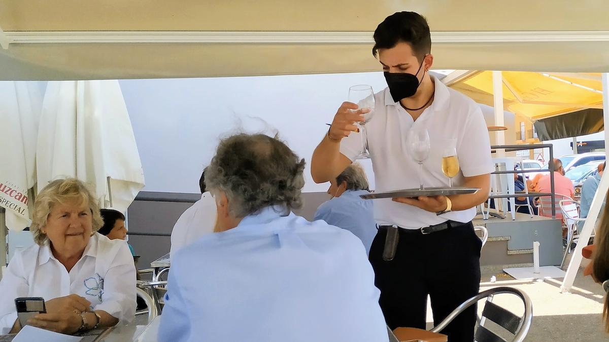 Profesional de la hostelería ejerciendo su trabajo en Monesterio
