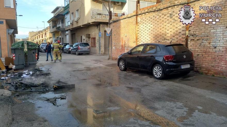 El incendio de unos contenedores daña dos coches en Murcia