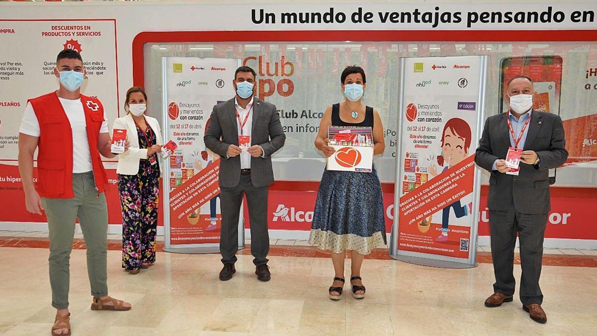 Representantes de Alcampo y Cruz Roja que lideran la iniciativa solidaria.