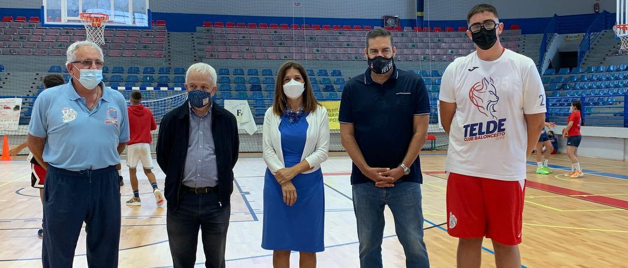 Representantes del Ayuntamiento de Telde y del Cabildo durante la visita al polideportivo Rita Hernández.