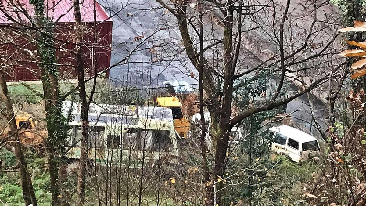 Los vehículos abandonados por Parques Nacionales, en una imagen tomada desde la carretera por la que se accede a la localidad de Següencu, en el concejo de Cangas de Onís. | J. M. Carbajal