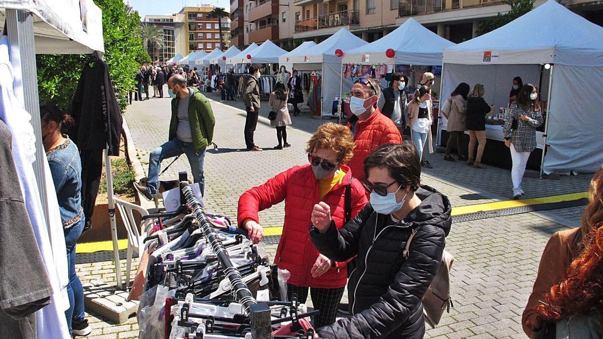 Dos clientas observan ropa en uno de las tiendas de Dénia que participaron en el evento | TINO CALVO