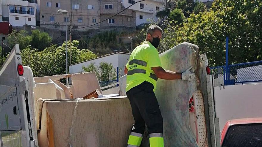 El servicio de limpieza recoge cada día una media de 10 toneladas de enseres
