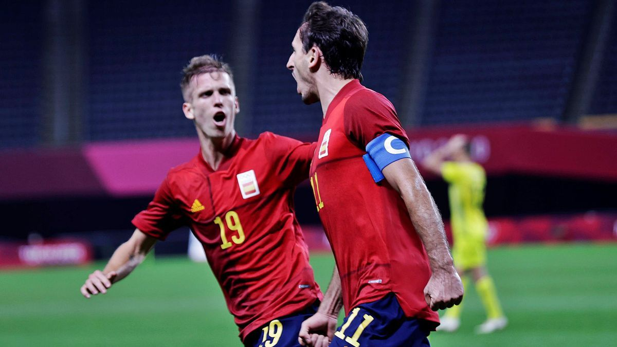 Mikel Oyarzabal celebra el gol d'Espanya amb Dani Olmo.  gonzalo arroyo/efe