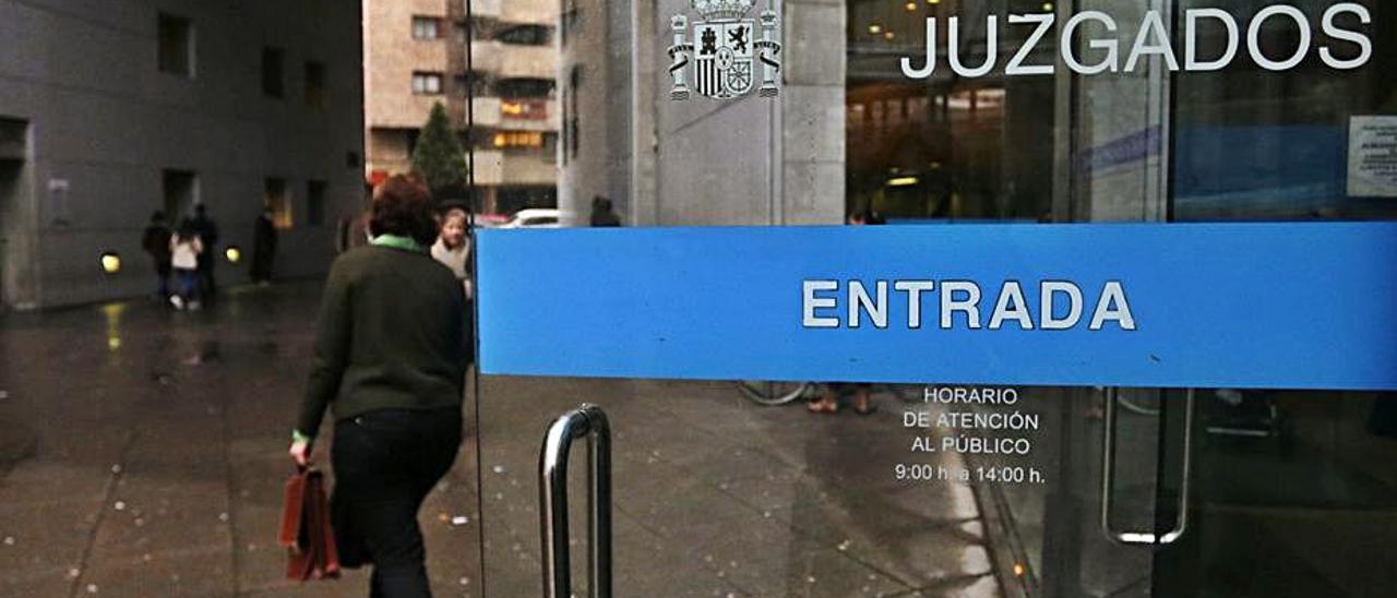Entrada a los Juzgados de Oviedo. | Irma Collín