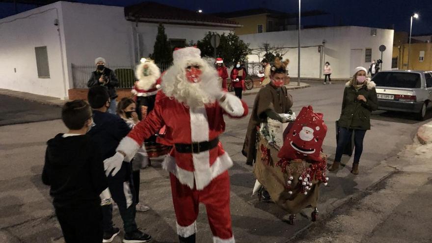 Papá Noel y los Reyes Magos recorren las casas iluminadas de un barrio de la Vall d'Uixó