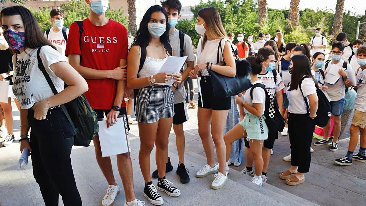 Varios estudiantes esperan en el campus de Espinardo a que comiencen las pruebas de la EBAU