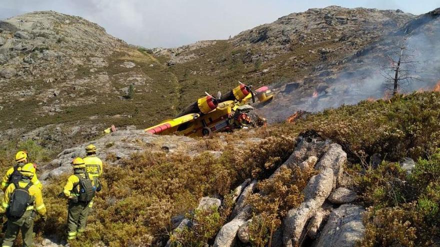 Un muerto tras estrellarse un hidroavión que apagaba un incendio en Ourense