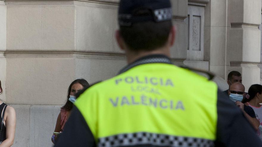 Un policia fora de servei socorre una dona a la qual la seua parella va traure nua al carrer a València