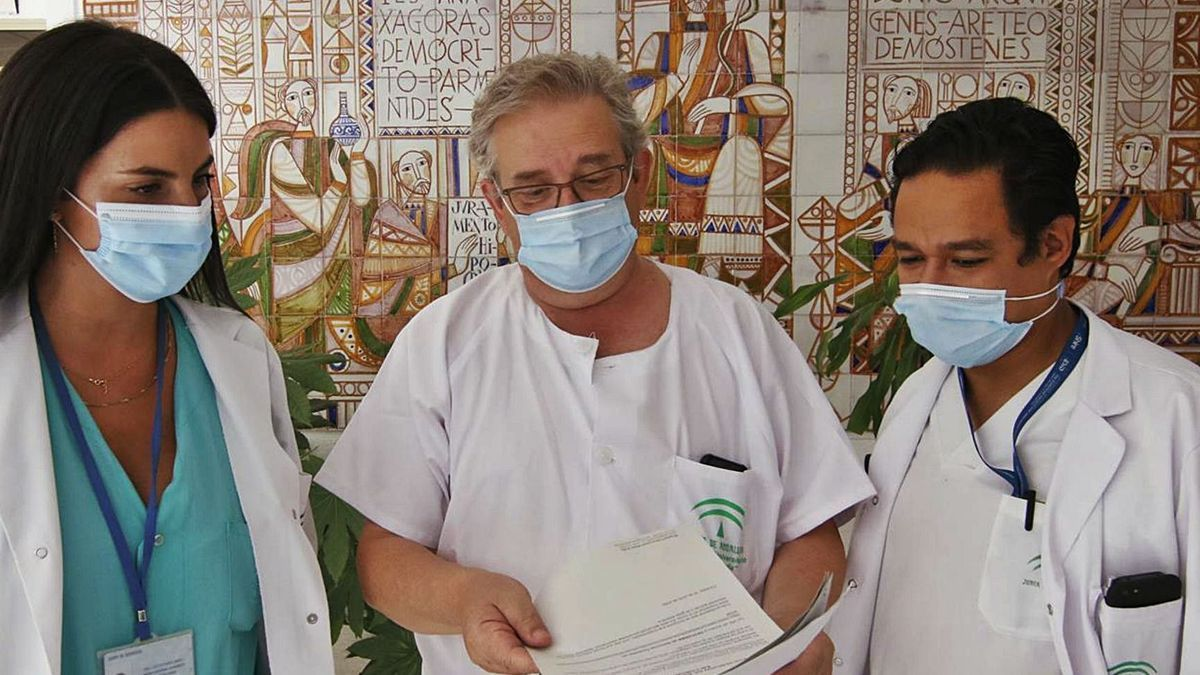 Manuel Santamaría, inmunólogo del Reina Sofía, con los doctores  Estefanía Mira y Óscar Yarce.