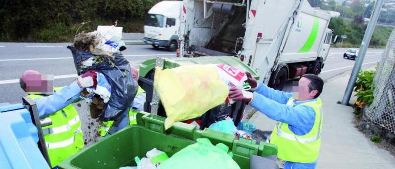 Labores de recogida de basuras en una carretera de Redondela. |   // FDV