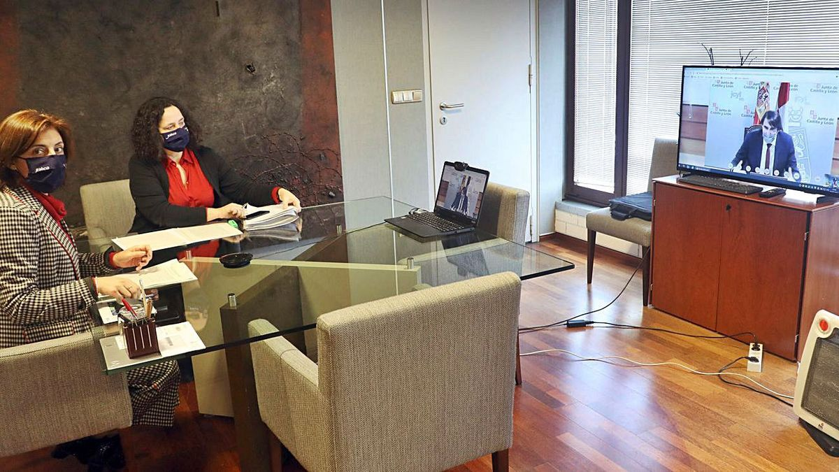 Ángeles Vázquez, a la izquierda, y Belén do Campo, ayer durante la reunión telemática. |   // XOÁN ÁLVAREZ
