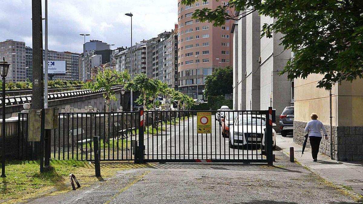 Barrera que impedía el paso a la zona de casas de la avenida del Ejército, antes de ser retirada.