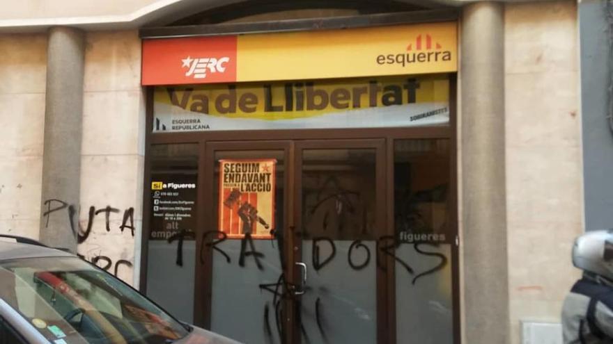 """Apareixen pintades amb la paraula """"traïdors"""" a la seu d'ERC de Figueres"""
