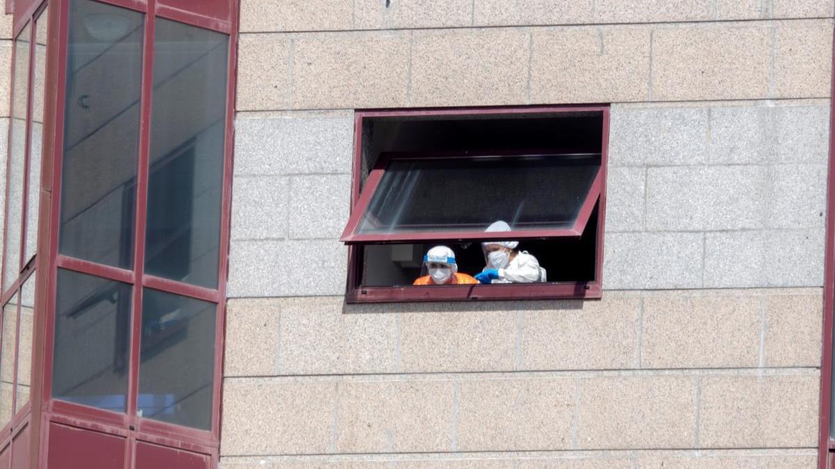 Dos trabajadoras de la residencia de DomusVi en Outeiro de Rei. // Eliseo Trigo