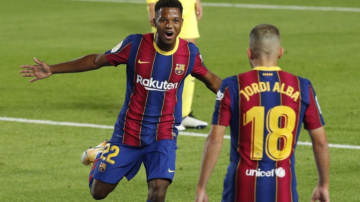 El joven delantero del Barcelona Ansu Fati celebra con Jordi Alba el primero de sus dos goles con los que abrió la victoria azulgrana.