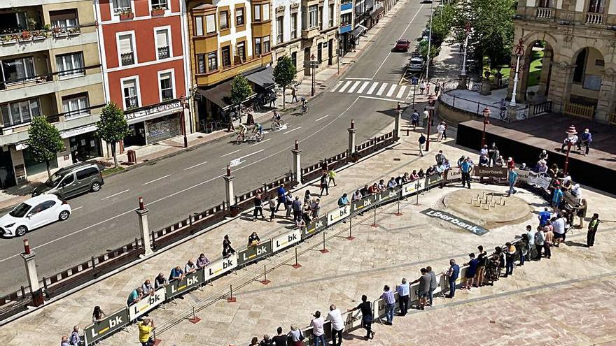 Canmpeonato de bolos en la plaza del Ayuntamiento de Villaviciosa