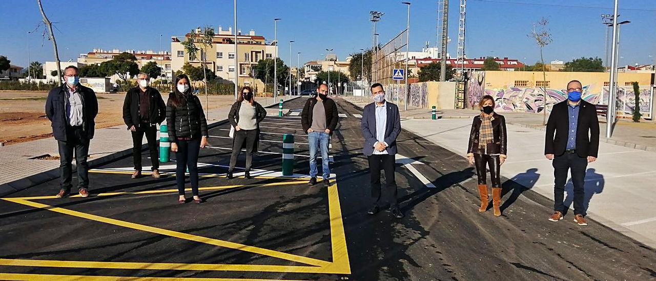 El alcalde, parte del equipo de gobierno y los técnicos municipales, recepcionando los viales. | LEVANTE-EMV