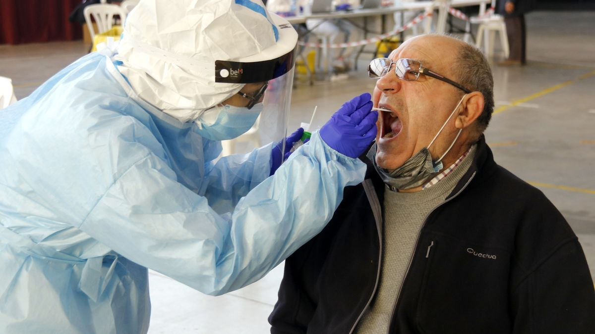 Un home fent-se la prova PCR amb un tècnic sanitari al pavelló de l'Oli de les Borges Blanques.