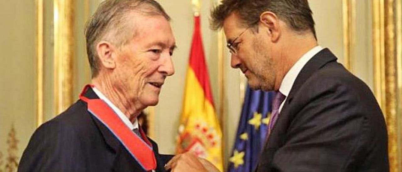 Ricardo Larraínzar recibe una condecoración del ministro de Justicia Rafael Catalá, en 2017.